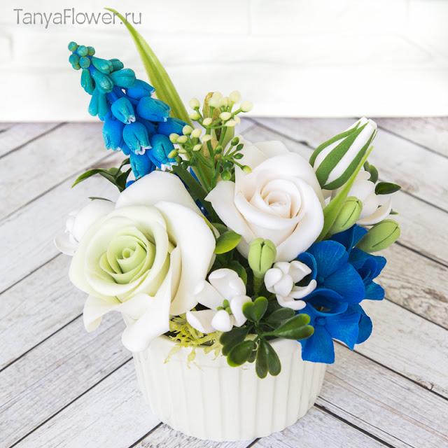Бело-голубой мини букет с розами, гортензиями и мускари из полимерной глины