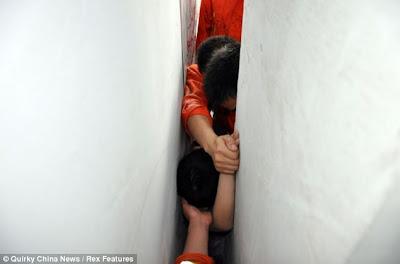 Sokongan: Ahli bomba mencapai budak itu daripada kedua-dua bahagian kerana mereka cuba untuk membebaskan beliau