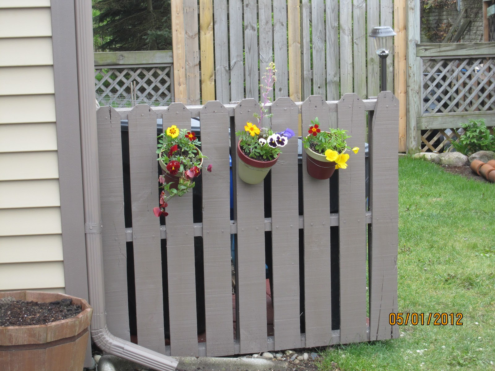 Serendipity and sunshine trash to treasure pallet fence project - Decoration avec des palettes ...