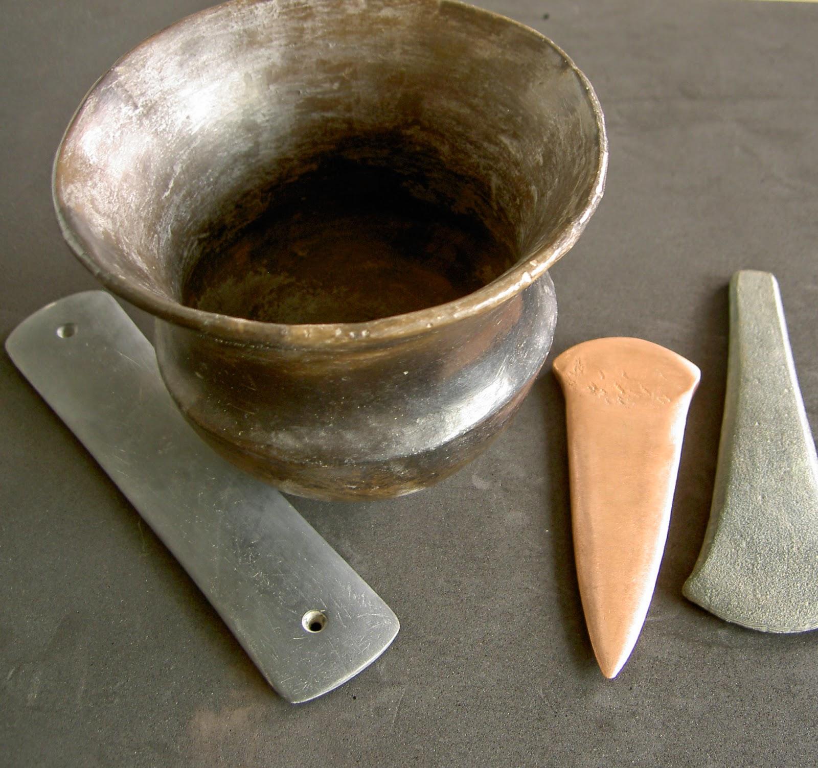 Ajuar argárico: brazalete de arquero o afilador de pizarra, hacha de cobre, puñal, tulipa
