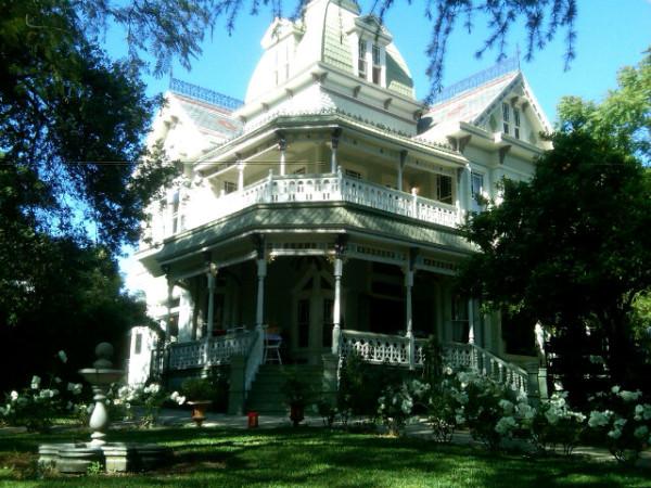 Midnight in the garden of evil dick van dyke 39 s halloween for Salem house