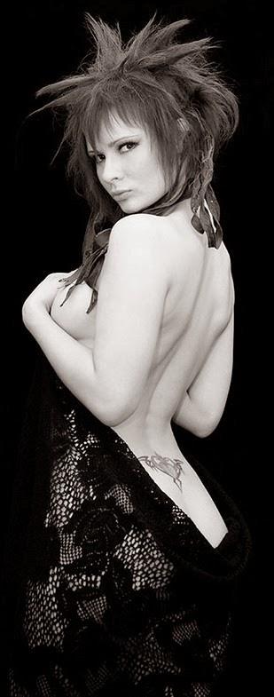 photo de Jannet «Sorekage»Vinogradova se tenant la poitrine en studio noir et blanc
