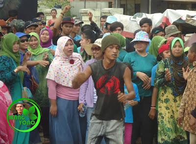 FOTO : Ibu - bu dan neng, akang melakukan arak arakan keliling kampung sambil berjoget ria