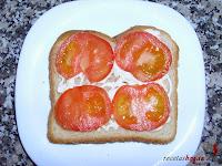 Sándwich especial de atún con tomate