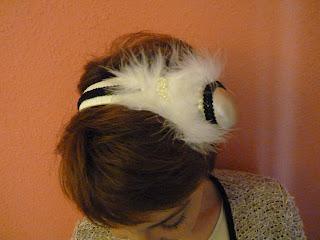 detalle tocado caracola y plumas