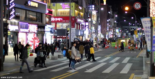 Calle principal de Sinchon por la noche
