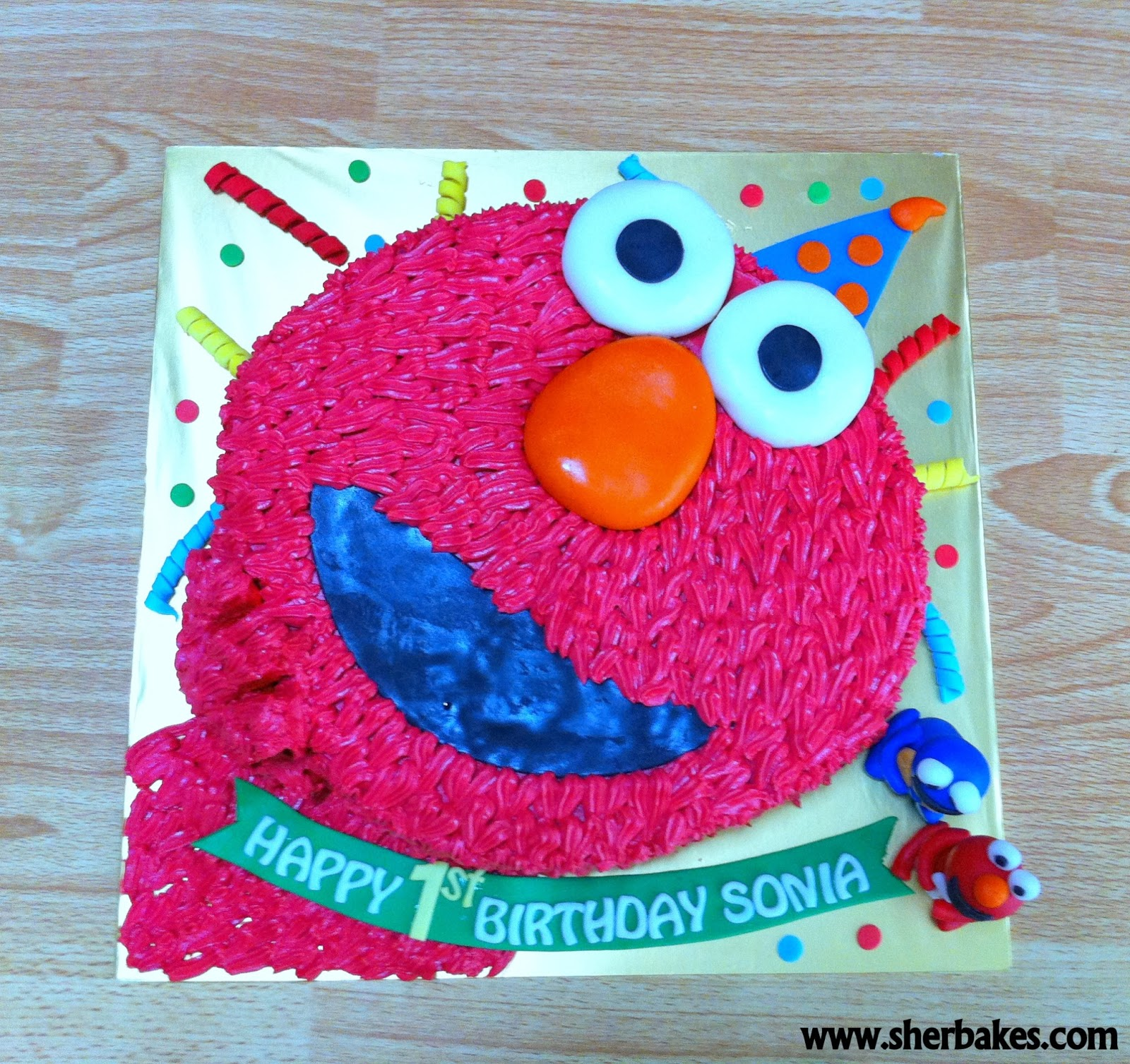 cupcakes are red red velvet cake with elmo face red velvet cake whilst ...