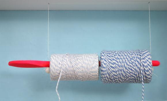 Rollenhalter selbstgemacht: Kochlöffel farbig ansprühen, Löcher für zum Aufhängen reinbohren, aufhängen, fertig!