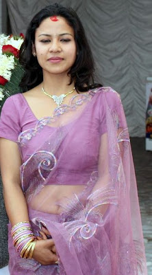 Hot Desi housewife shows navel through transparent saree