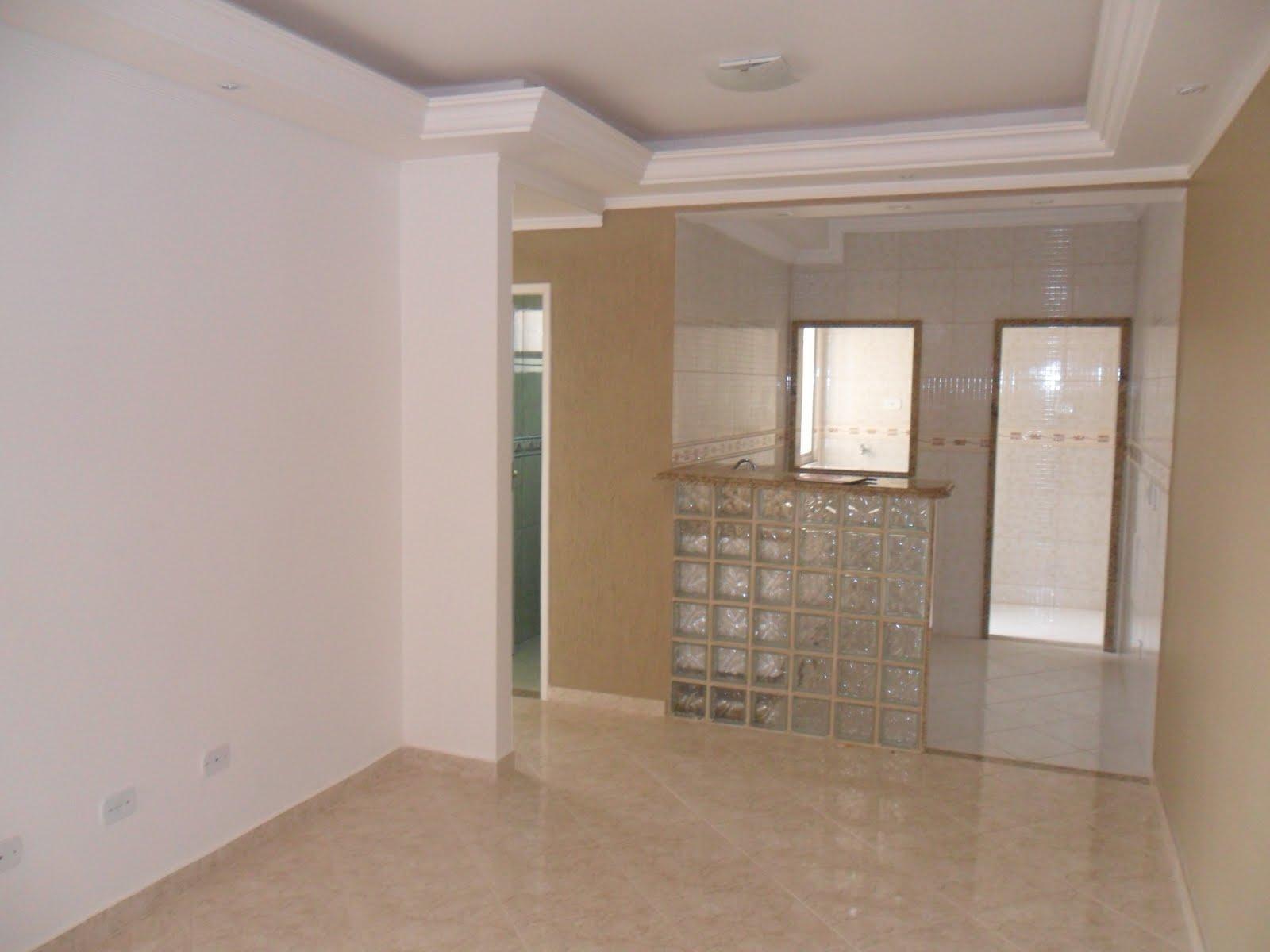 sala ampla com rebaixamento em gesso banheiro com box BLINDEX  #7F664C 1600 1200