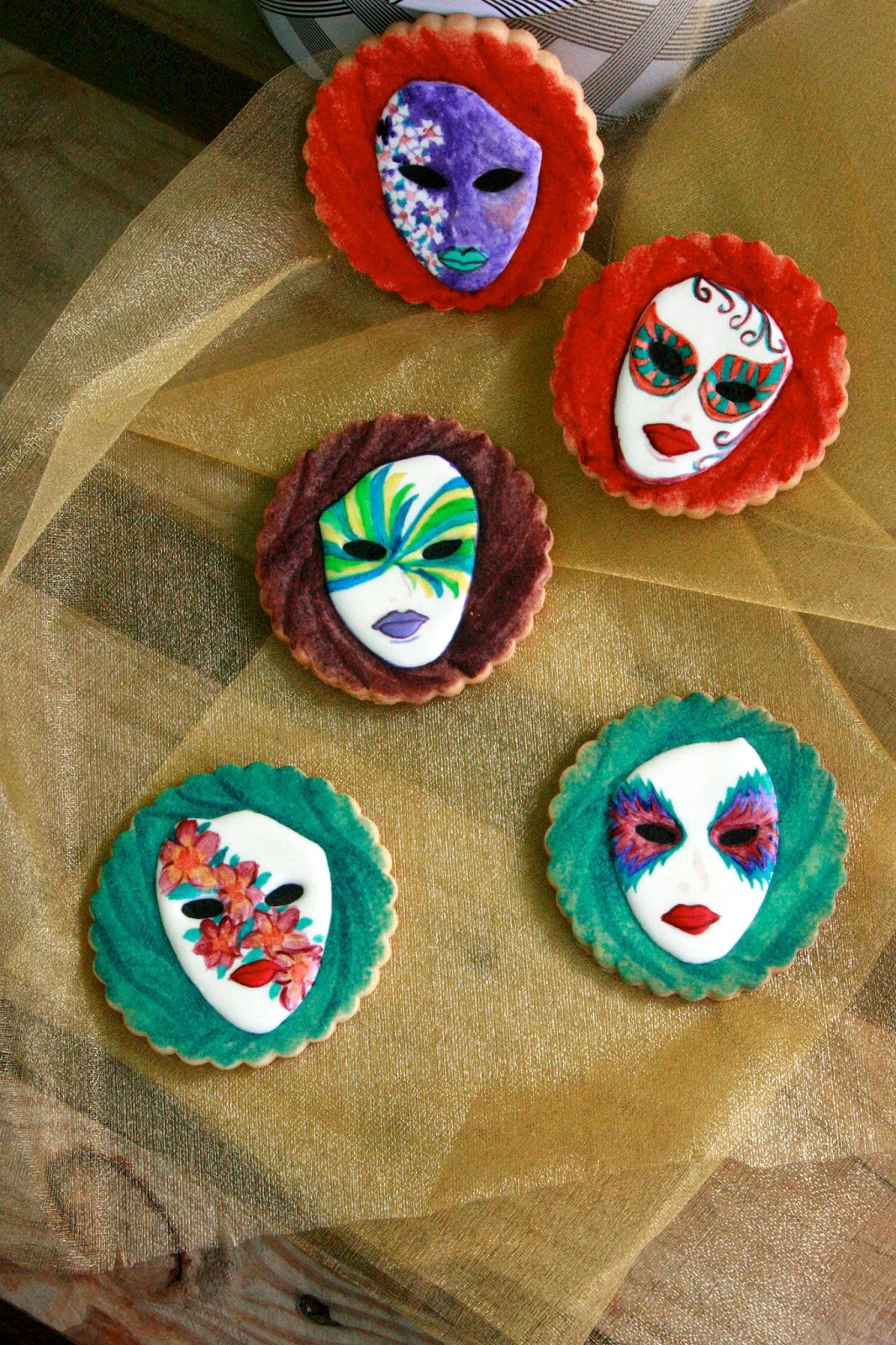 Galletas decoradas de mascaras con glasa y pintadas a mano
