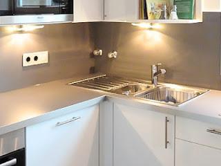 HPL in dunklem Grau gibt dieser Küche einen modernen und edlen Charakter