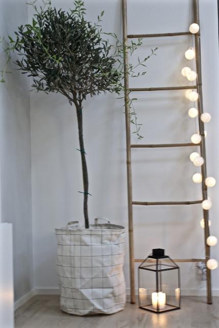 oliivipuu, pallovalot, tikkaat, moderni, minimalistinen, valkoinen sisustus, house doctor, pyykkikori