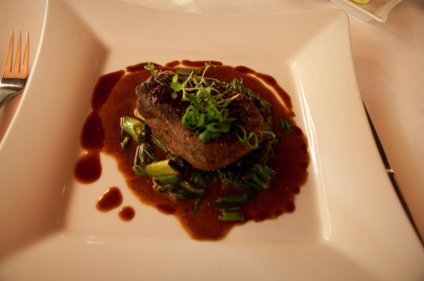 hovädzí steak zo sviečkovice s jarnou cibuľkou na červenom víne - reštaurácia Iris