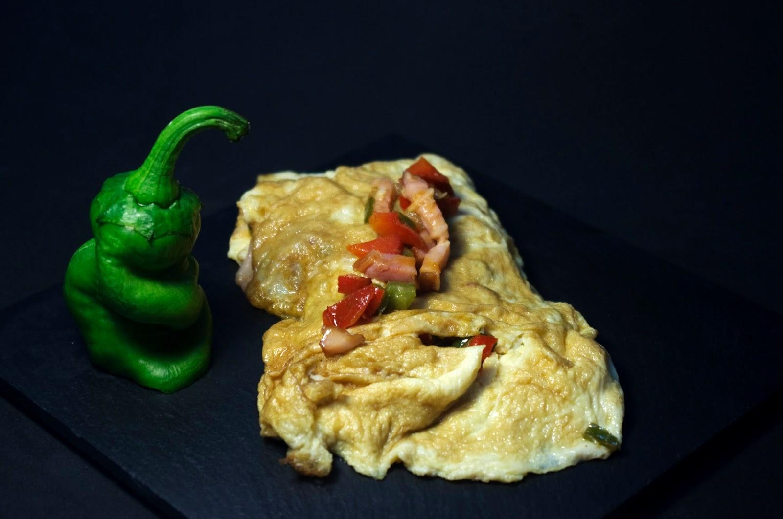 tortilla rellena de verduras con bacon y salsa barbacoa