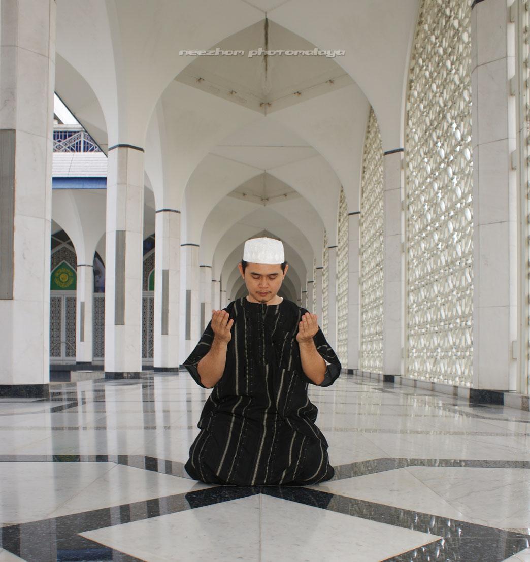 Mohd Ratnor Iskandar berdoa dalam Masjid Shah Alam