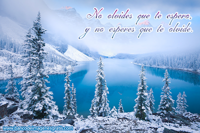 Mensaje romántico no olvides que te espero y no esperes que te olvide lago azul con montañas nevadas en invierno