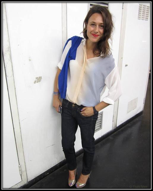 Style de la semaine Ulona, chemise bicolore Sandro, jean wrangler brut, escarpins dorés peep-toes Louboutin, pull bleu Martin Margiela