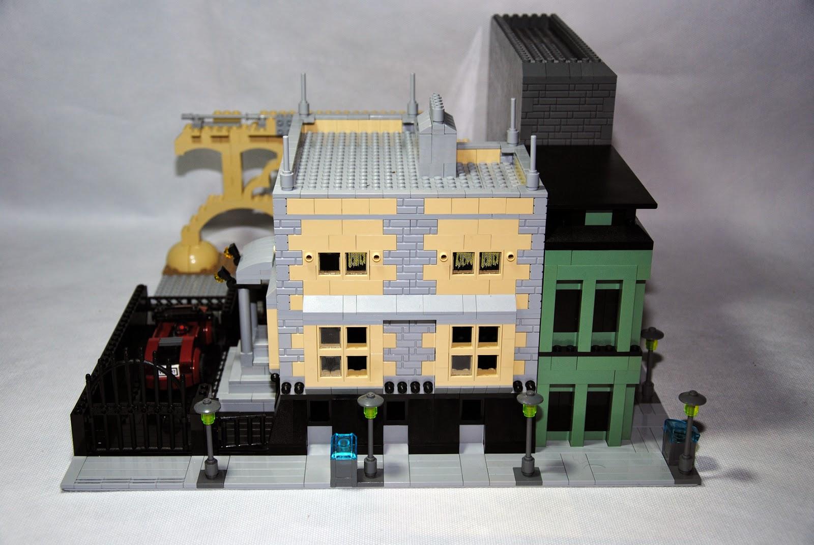 Fachada del edificio con aparcamiento