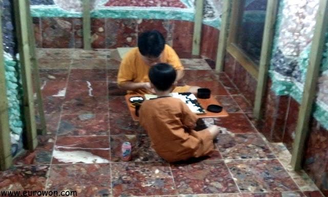 Padre e hijo jugando al baduk en el jjimjilbang