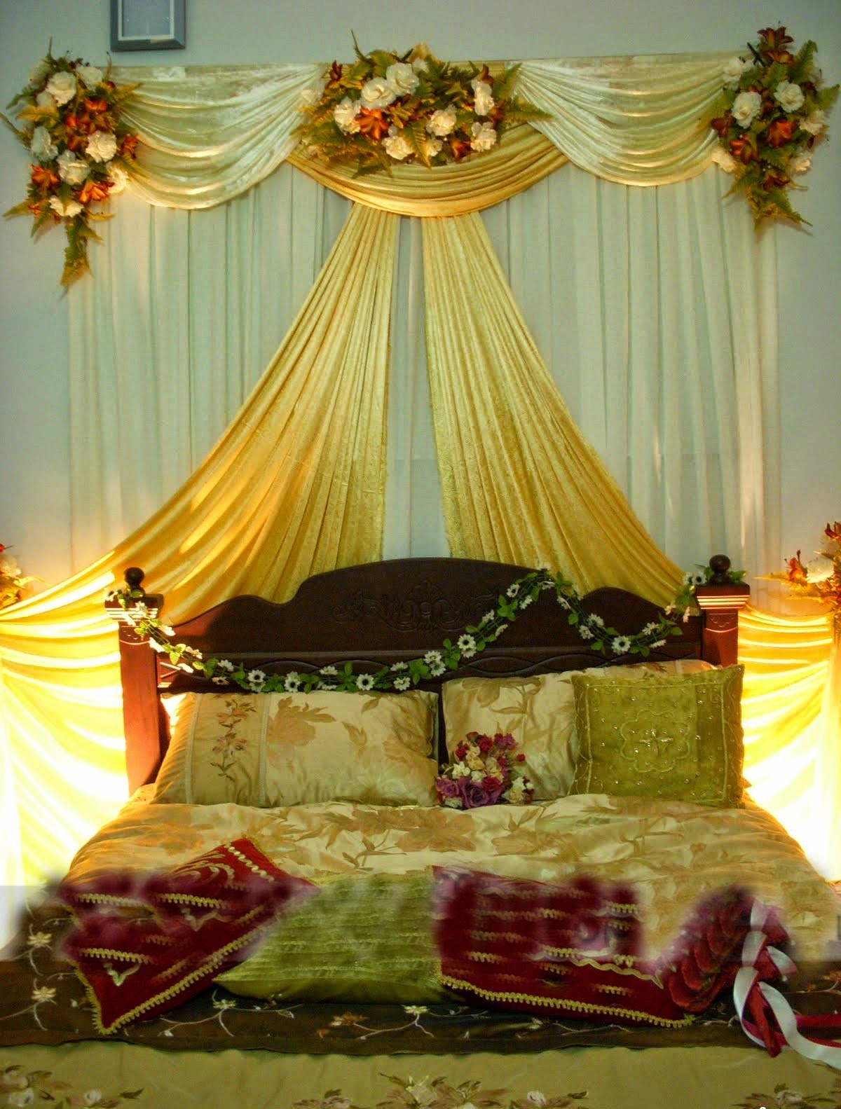 Romantic bedroom decoration ideas for wedding night for Beautifully decorated beds