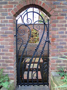 Ворота, забор, жиковины, кованные петли.