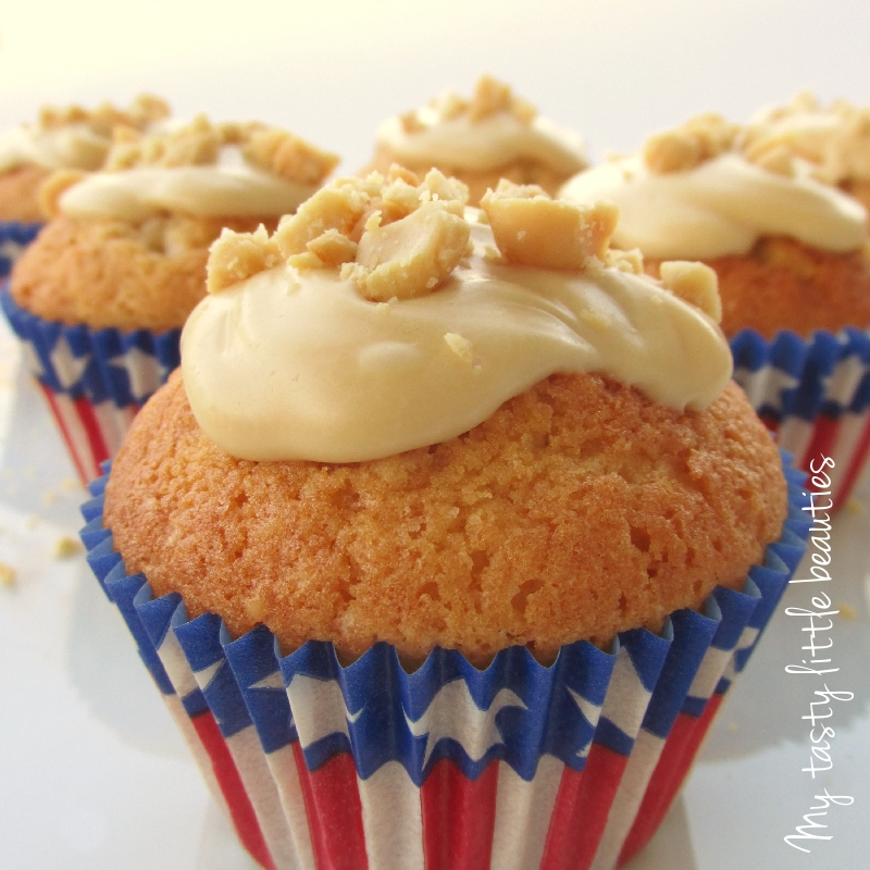goldgelbe Cupcakes mit Erdnussbutter-Topping in Amerika-Förmchen