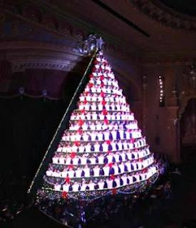 Keren! Pohon Natal Ini Bisa Bernyanyi