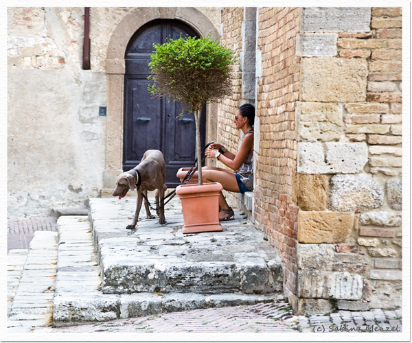 Psynopsis Streetstyle San Gimignano Woman with Dog