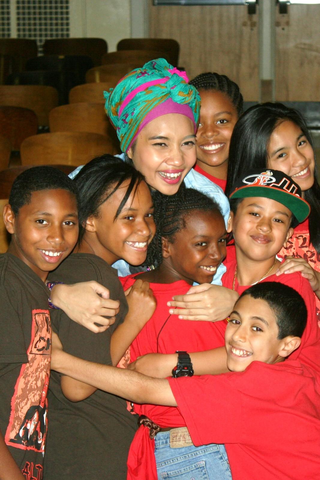 http://2.bp.blogspot.com/-Gzt9Vo8RlFo/T9sUQ56gwkI/AAAAAAAAG0I/DIc540HFFQQ/s1600/Yuna+hugs+kids.jpg