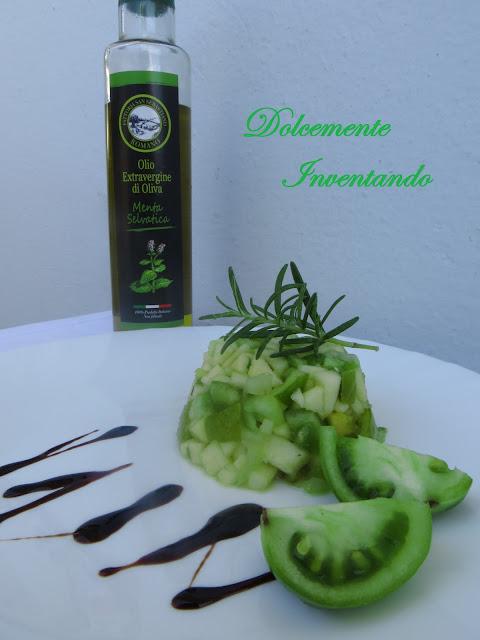 tartare rinfrescante alla mela, sedano e pomodori verdi con rosmarino e olio alla menta selvatica