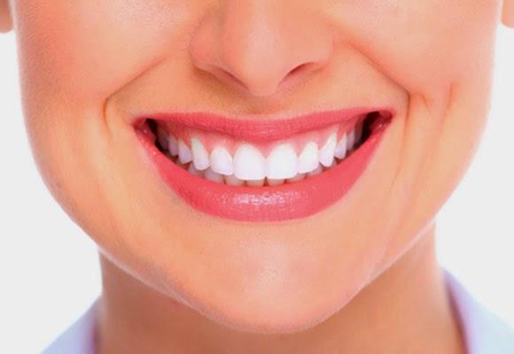 Clarear os dentes com frutas em casa