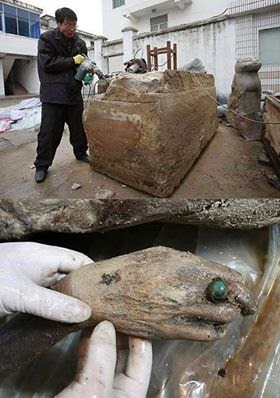 باحثون في الصين يخرجون جسم بشر عمره يزيد عن 700 سنة !!!