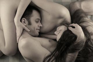 Tres posturas sexuales para ocultar tus complejos