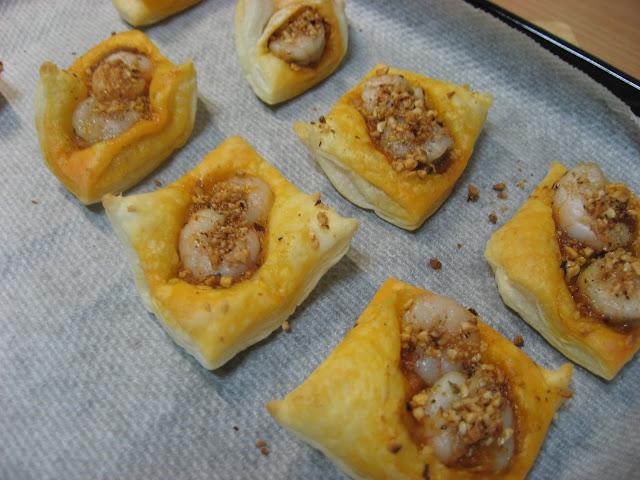 http://www.elrestaurantedecasa.com/2012/08/hojaldres-de-gamba-con-romescu.html