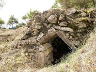 Detall de l'arc en angle de l'entrada de la barraca del Serrat del Gordi (I)