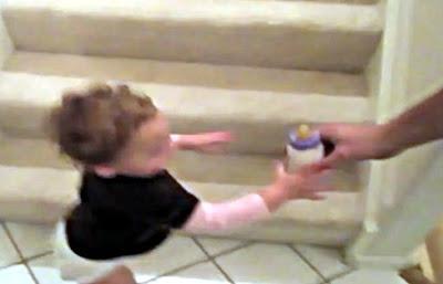 階段を降りる赤ちゃん