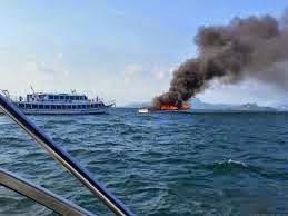 Feri Krabi Ke Phuket Thailand Terbakar
