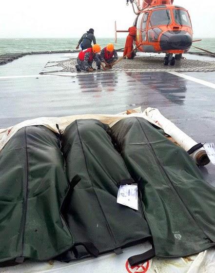 Dua Mayat Nahas Pesawat AirAsia Tiba Di Surabaya, info terkini, berita nahas airasia, Operasi Mencari Pesawat AirAsia Diteruskan,