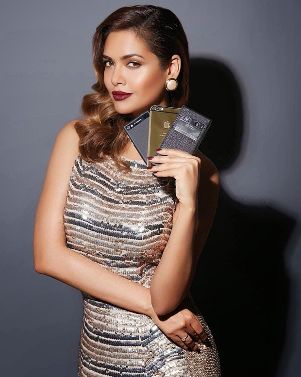 Esha_Gupta-with-Apple-phones-in-Exhibit-Magazine