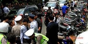 Juru parkir Tanah Abang digeledah Polisi