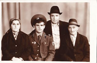 Străbunicul(dreapta), alături bunicul, apoi tatăl meu în armată și bunica, unica sa fiică.