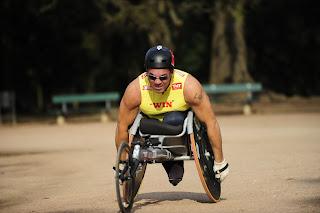 É deficiente físico e há mais de 20 anos pratica atletismo.