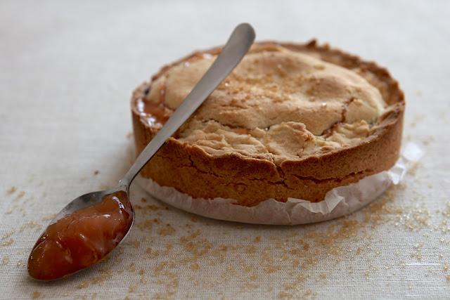 Tortina ripiena di marmellata di pesche e noci