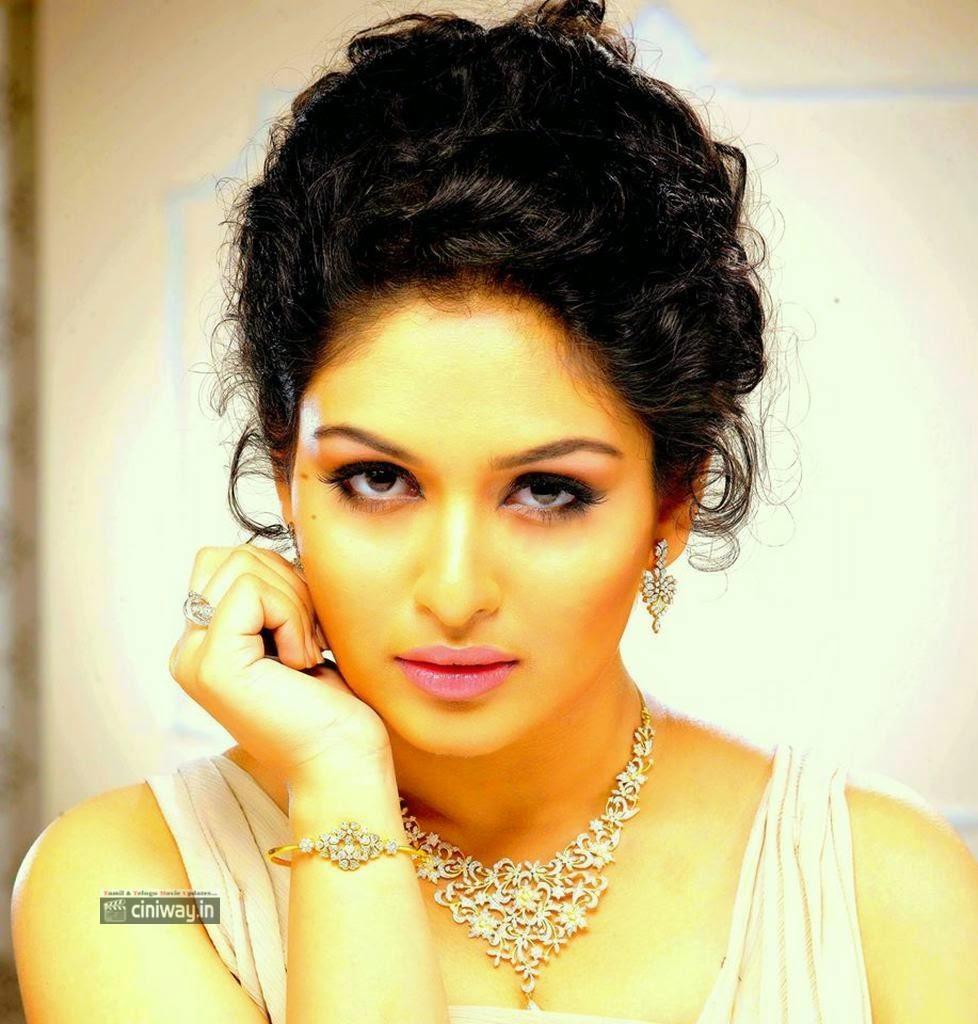 Pisasu-Heroine-Actress-Prayaga-Stills