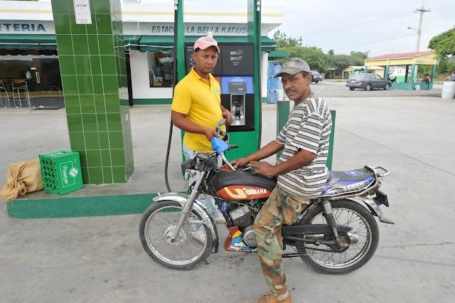 Bien!!!...Bajan RD$4.00 a las gasolinas