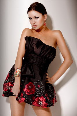Short-Strapless-Black-Dress-With-Red-Floral