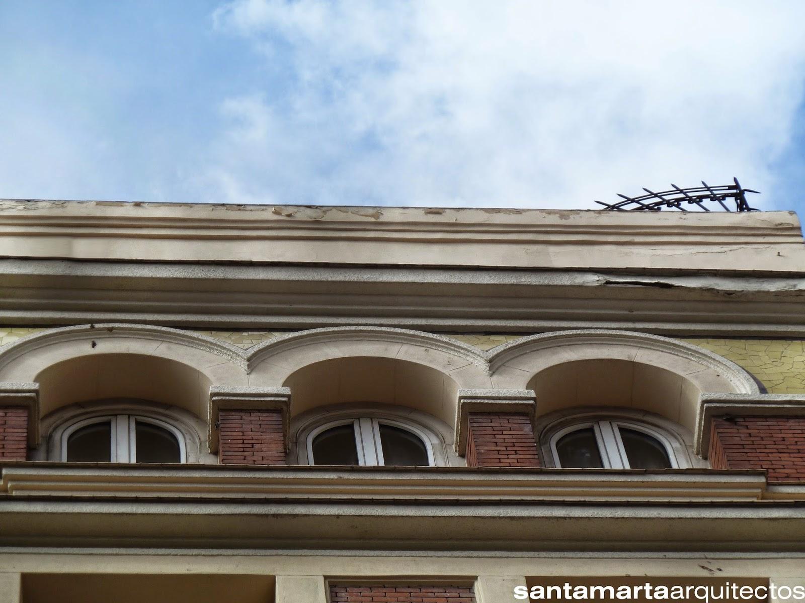 Desprendimientos y abombamiento del enfoscado de la fachada de la Plaza Callao