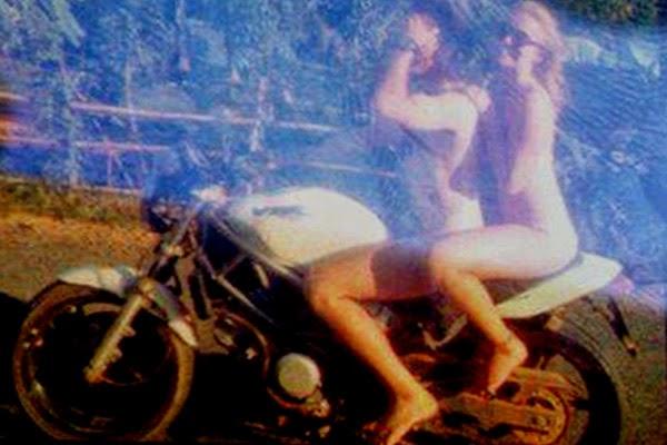 FOTO BERTELANJANG TUNGGANG MOTOSIKAL DI KAMPUNG