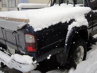 雪をかぶったトラック